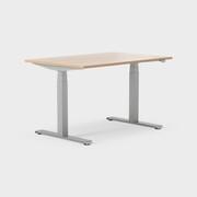 Serie[P] 120 x 80 cm, Sitt / stå, ben i sølv, Plate i eik laminat