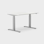Serie[P] 120 x 80 cm, Sitt / stå, ben i sølv, Plate i hvit laminat